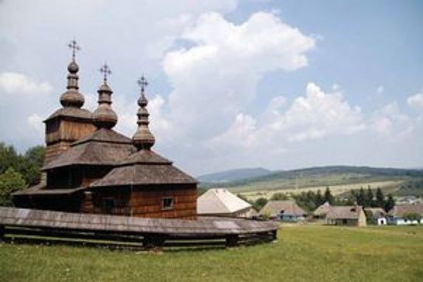 Skanzen vo Svidníku s dreveným chrámom v popredí.