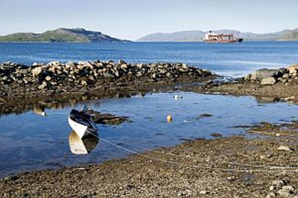 Vo vodách fjordu neďaleko Kirkenesu kotví jediná nákladná loď.