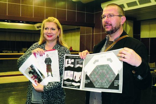 Peter Janků a Simona Vachálková so svojimi návrhmi pre hru Podivný prípad so psom.