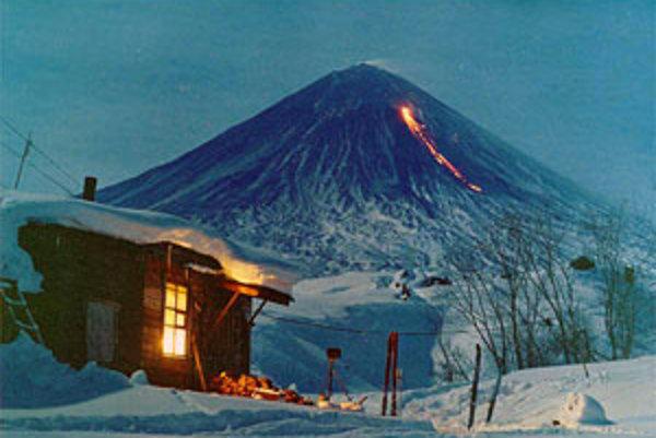 Nespočetné sopky na Kamčatke dodávajú horám unikátnu scenériu.
