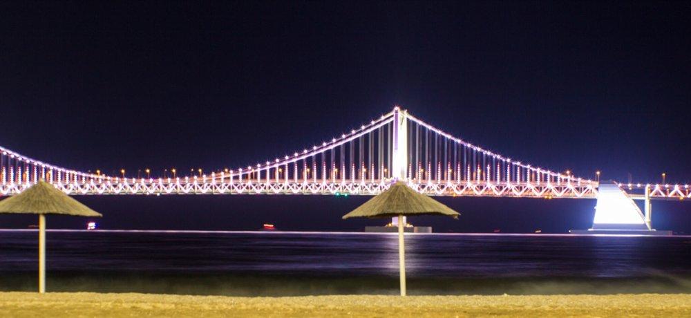 Pláž Gwangalli v meste Busan v Južnej Kórei s výhľadom na Diamantový most