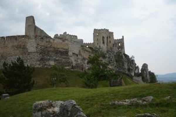 Aj z ruín vidno, aký bol hrad mohutný. Obec chce dať časť z neho zrekonštruovať.