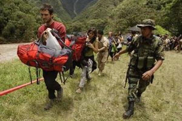 Armáda pomáha turistom v evakuácii.