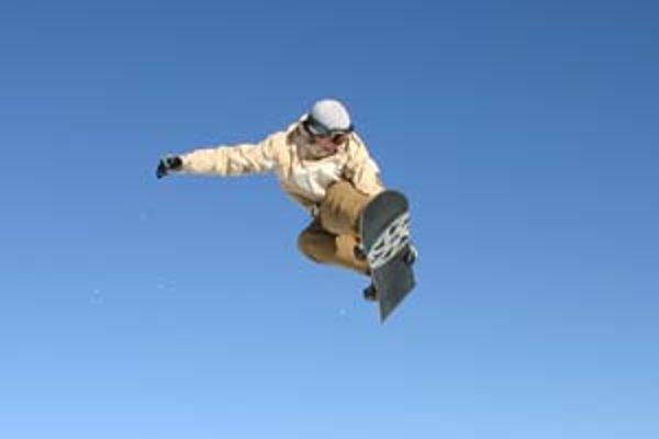 Snowboarding mimo vyznačených tratí považujú poisťovne za rizikovú aktivitu, na ktorú bežné cestovné poistenie nestačí.