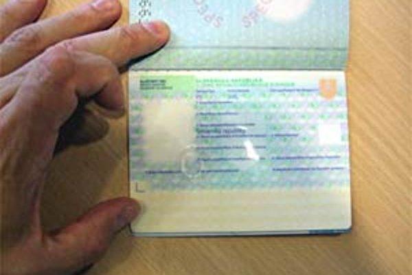 Vláda odsúhlasila novelu zákona, ktorá umožní vydávanie cestovných pasov podľa bezpečnostných kritérií Európskej únie. Slovenské pasy budú obsahovať dva biometrické údaje - digitálnu mapu tváre a odtlačky prstov. Všetky pasy, vydané do konca tohto roku, b