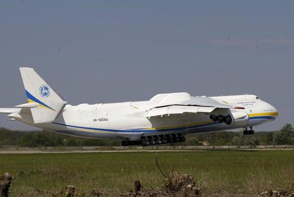 Antonov An-225 odletel do Prahy z Ukrajiny.