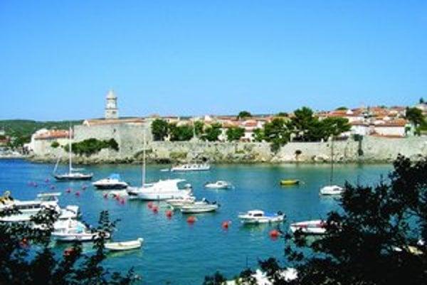 Mesto Krk má romantické staré centrum s promenádou a prístavom.