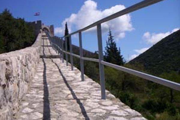 Časť opraveného stonského múru.