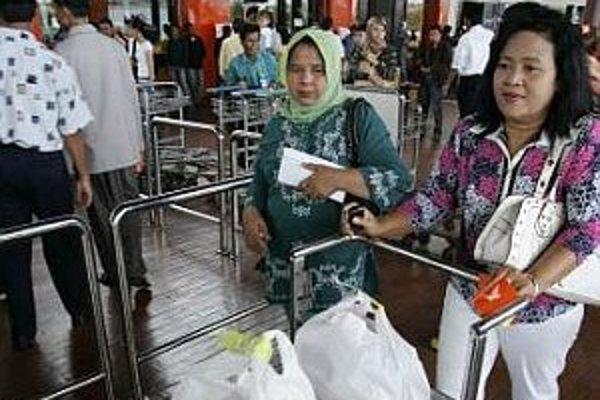 Pasažieri indonézskej leteckej spoločnosti Adam Air na letisku v Jakarte.