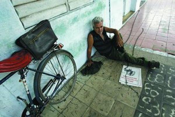 Muž na ulici predáva výtlačok kubánskej ústavy.