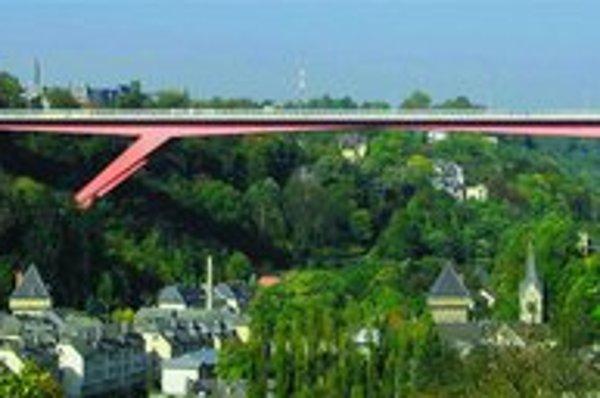 Pont Grand Duchesse Charlotte, pozoruhodný červený kovový most spájajúci starú a novú časť mesta.
