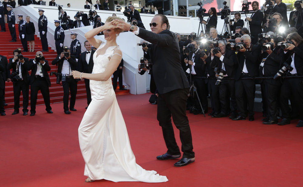 Uma Thurmanová tancuje s režisérom Quentinom Tarantinom na červenom koberci.