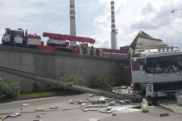 Hasiči pomáhajú kamiónu.