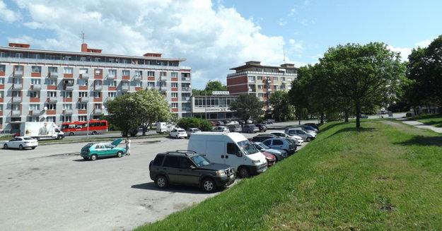 Parkovisko na Štúrovej - pohľad z Braneckého ulice.