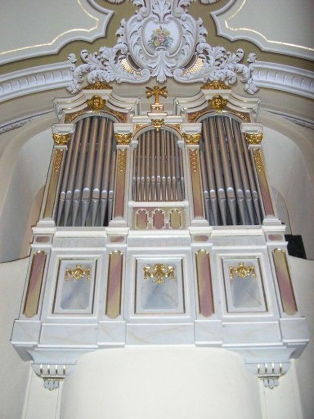 Do R-K farnosti Trenčín patrí aj organ vKaplnke sv. Anny zroku 1892.