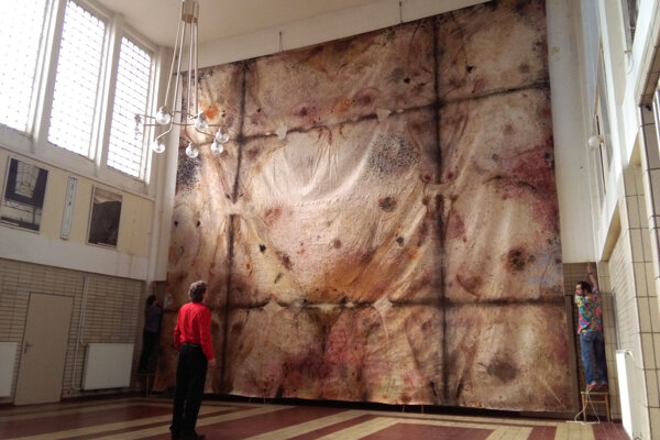 Autor pre monumentálnou maľbou na stene staničnej haly.