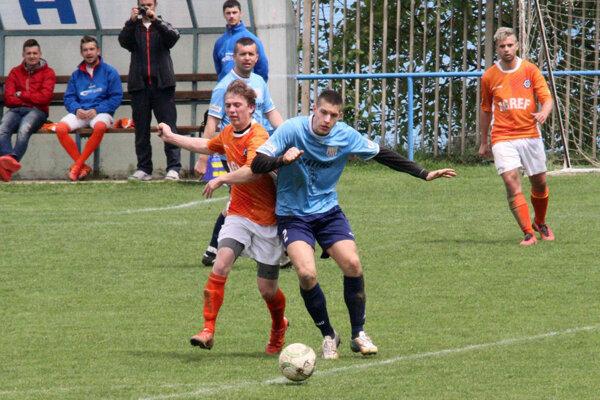 Futbalisti Kolárova (v oranžovom) vyhrali piaty zápas v rade.