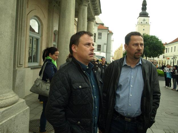 Peter Martiš (vľavo) a Andrej Hronček podniknú právne  kroky proti autorovi petície.