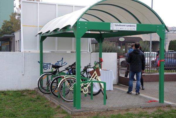 Prístrešok je pre dvanásť bicyklov.