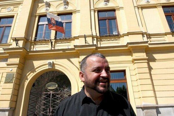 Eduard Chmelár po zvesení čiernych vlajok.