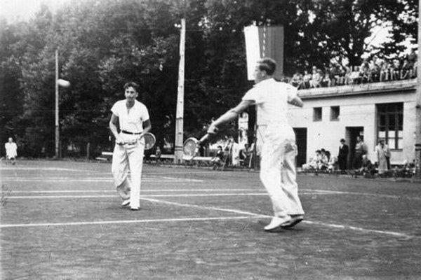 V roku 1940 sa na tenisových dvorcoch v parku hralo naplno.