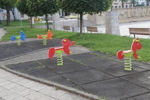 Nové hojdačky na Námestí slobody v Prievidzi.