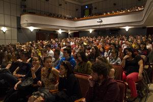 Adela Banášová diskutovala v Prievidzi so študentmi obchodnej akadémie, ktorí zaplnili dom kultúry.