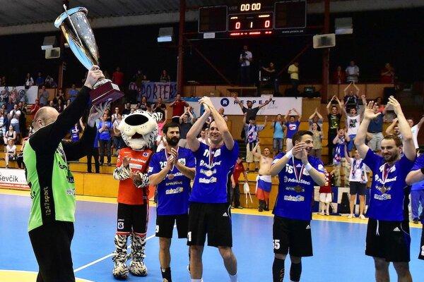 Bronzový pohár drží v ruke kapitán Luděk Fabián. Šaľania potešili svojich fanúšikov ziskom historických medailí.