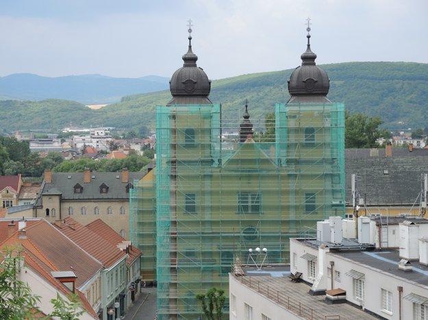 Stavebné práce spojené sopravami na kostole budú prebiehať počas celého roka.