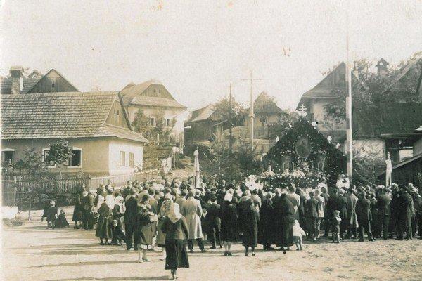 Kozie námestie v roku 1935. Slúžilo nielen na sústredenie dobytka pre pašou, ale aj ako miesto stretávania pri rôznych slávnostných príležitostiach.