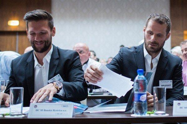 Michal Handzuš (vpravo) zastupoval na volebnom kongrese SZĽH klub z Banskej Bystrice spolu s R. Zedníkom.