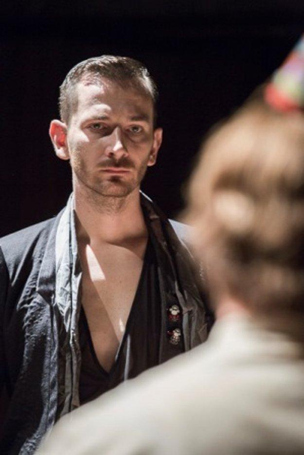 V predstavení Hamlet je mŕtvy.