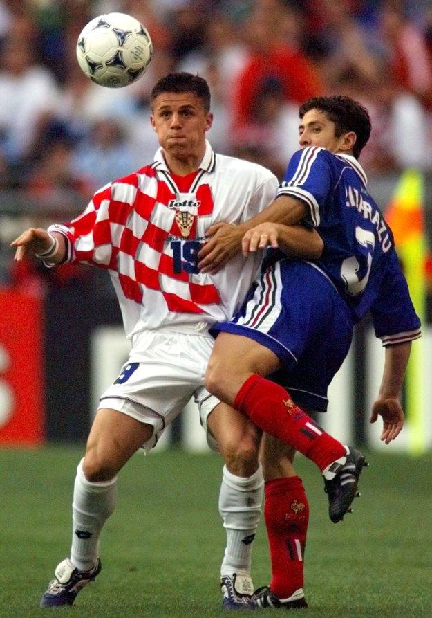 Vlaovič v súboji o loptu s francúzskym obrancom Lizarazuom v semifinálovom zápase MS 1998 na Stade de France.