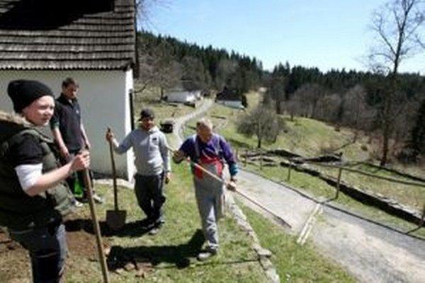 Na príprave Kališťa pred sezónou sa podieľajú aj mladí ľudia z Nemecka.