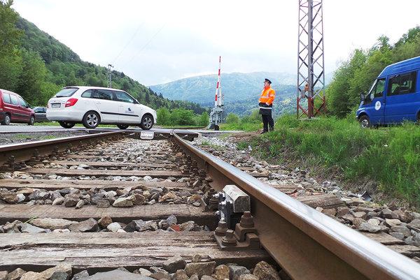 Počas výluky priecestia vodičov usmerňoval strážnik.