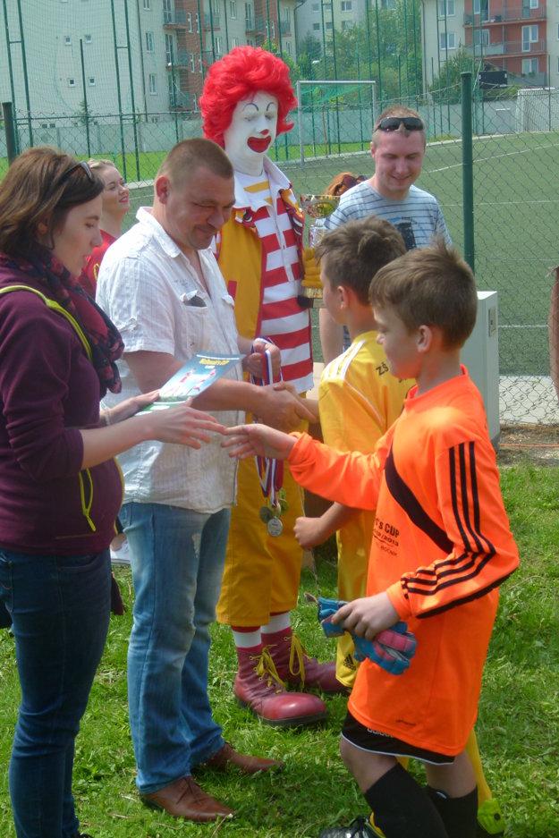 Medaile a diplomy odovzdával žiakom tréner reprezentačnej