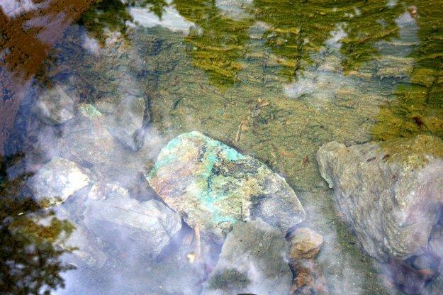 Usadzovanie medi je stále viditeľné aj vo vode.
