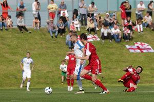 Adam Nemec sa dostáva do šance a strieľa vedúci gól zápasu.