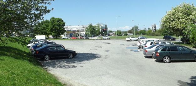 Zatiaľ sa na parkovisku pri kruhovom objazde parkuje zadarmo.