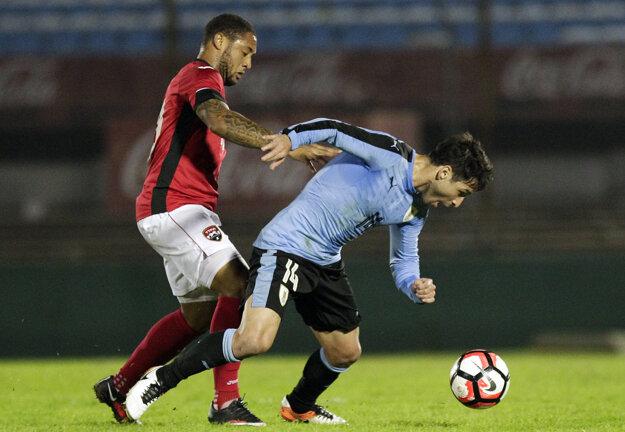 Shahdon Winchester (vľavo) sa snaží vziať loptu Uruguajčanovi Nicolasovi Lodeirovi.