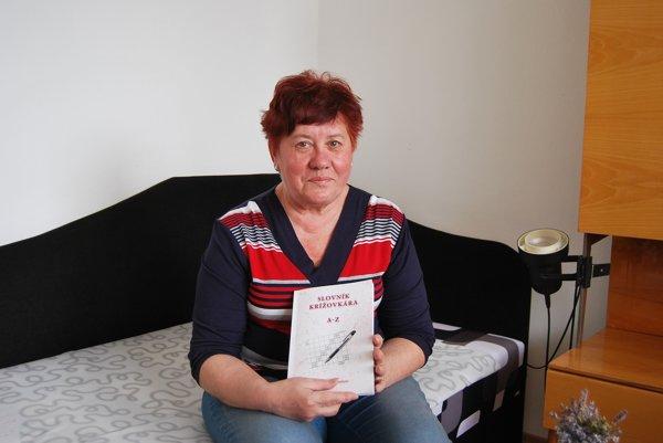 Emília Bušová s knihou.