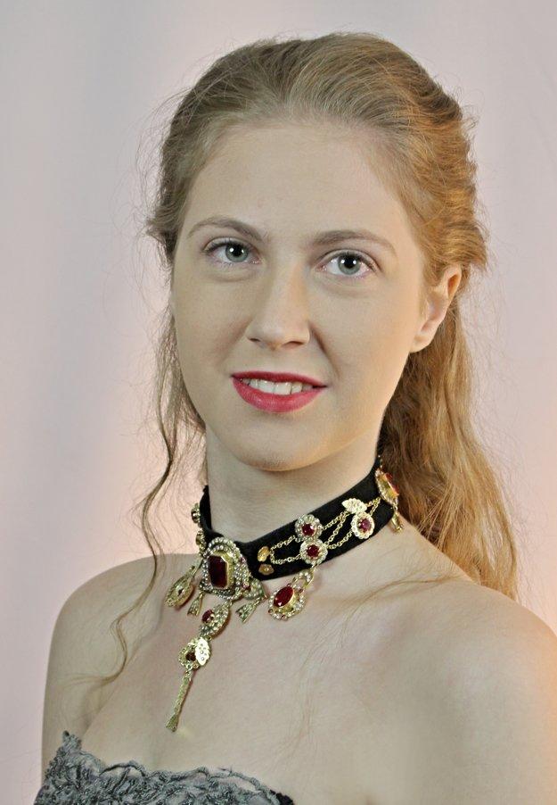 Študentka Edina Kováčová spoločne so svojím šperkom.