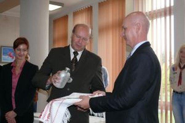 Nové známky pokrstili vodou zPoľany aj Vladimíra Fabriciusová a Ján Šufliarský. Vpravo vedúci odboru Poštovej filatelistickej služby Martin Vančo.