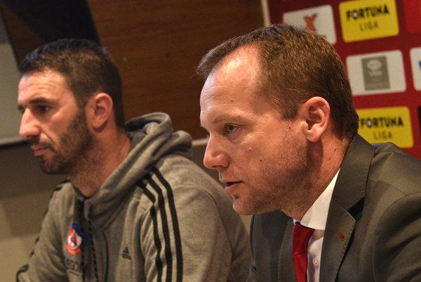 Róbert Rybníček (vpravo) by si rád udržal trénera Martina Ševelu v klube.