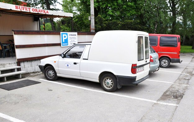 Majiteľka bufetu platí prevádzkovateľovi parkoviska denne 30 eur za svojich zákazníkov.