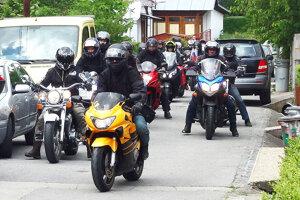 Príchod motorkárov.