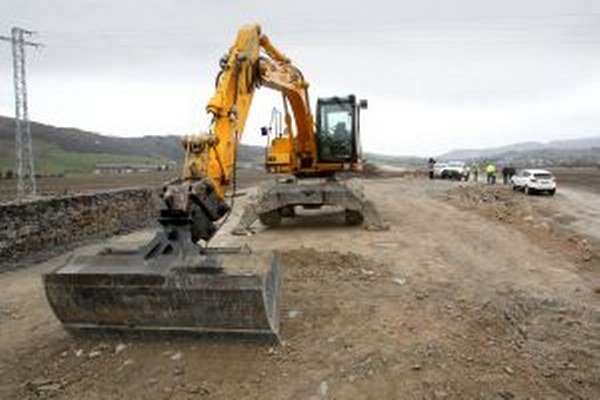 Na stavbe rýchlostnej cesty je množstvo hodnotných strojov.