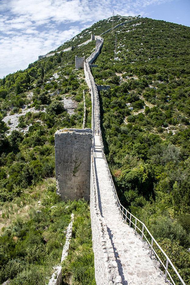 Na mnohých úsekoch sú hradby veľmi strmé.
