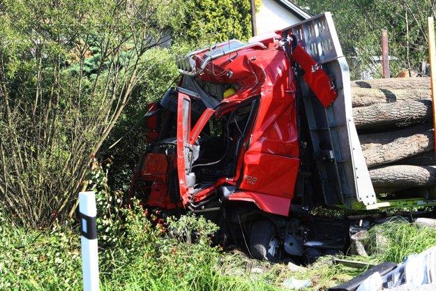 Vodiča kamiónu previezli do nemocnice v Banskej Bystrici.