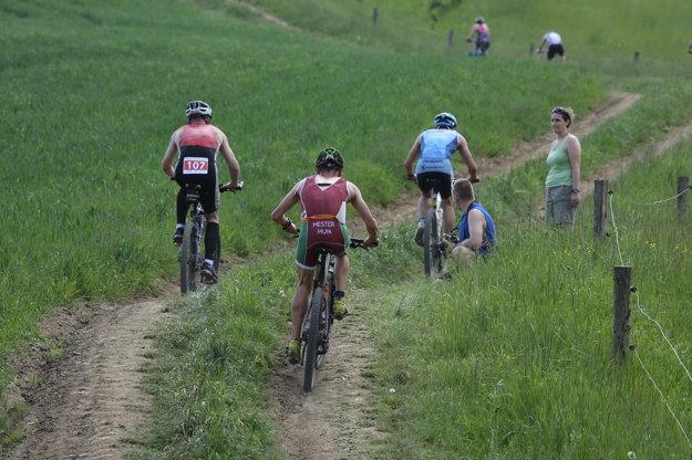 Cyklistická časť Rajeckého Kros triatlonu.